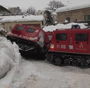 Спасатели добираются до погребенного под лавиной отеля в Италии