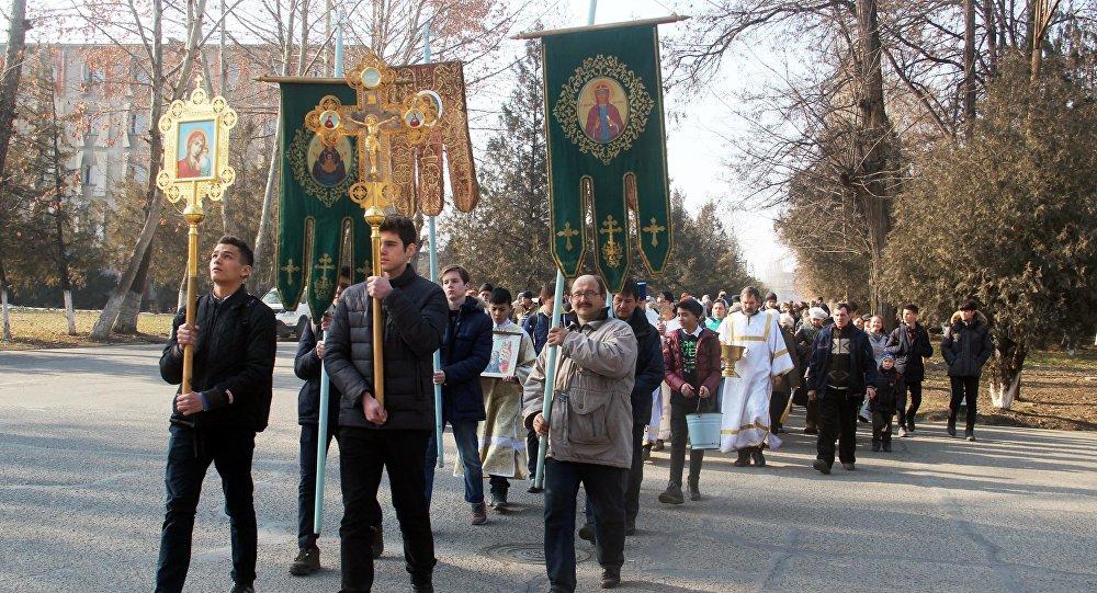 Около 300 православных из Оша и области прошли крестным ходом к реке Ак-Бууре