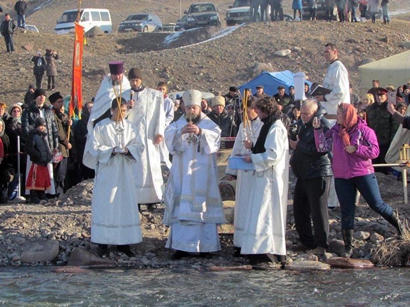 Епископ Бишкекский и Кыргызстанский Даниил во время торжественного богослужения у реки Кара-Балта
