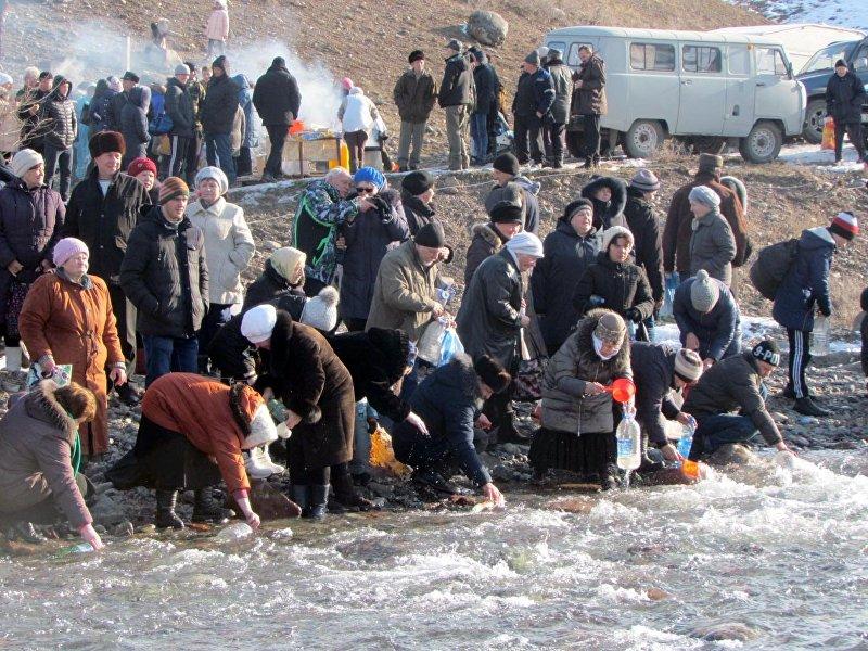 Местные жители во время торжественного богослужения на реке Каракол