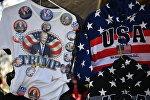 Продажа сувенирной продукции перед церемонией инаугурации избранного президента США Дональда Трампа в Вашингтоне. Архивное фото