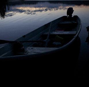 Лодка на берегу озера. Архивное фото