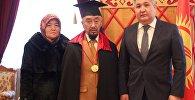 Кыргызстанский скульптор Азиз Закиров (в центре) стал почетным членом Российской академии художеств