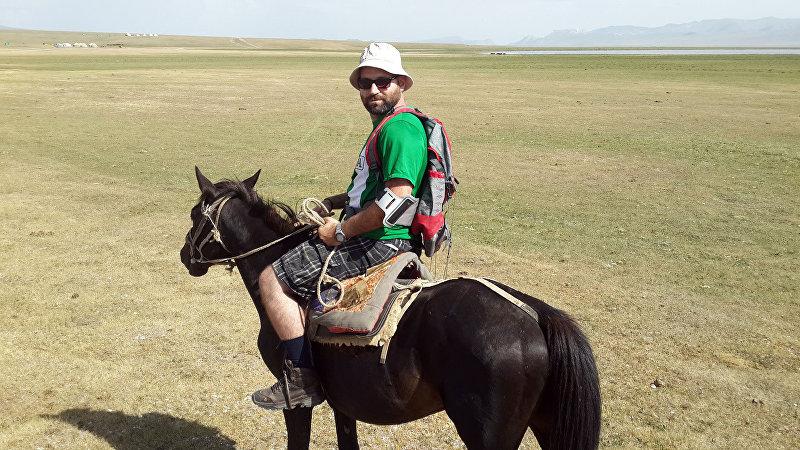 Основатель туристического агентства Kyrgyz trips Алекс Супинский с туристами на коне в Иссык-Кульской области
