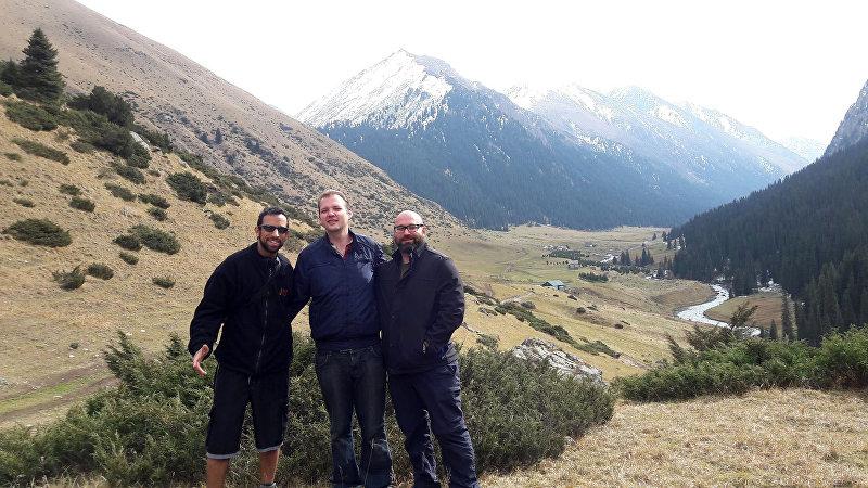 Основатель туристического агентства Kyrgyz trips Алекс Супинский с туристами во время выезда на природу