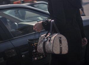 Девушка у автомобиля. Архивное фото