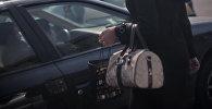 Женщина у автомобиля. Архивное фото