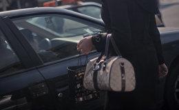 Девушка с сумочкой. Архивное фото