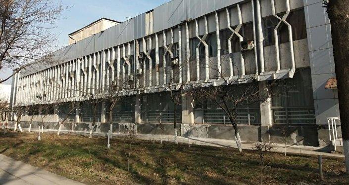 Это один из старейших профессиональных театров Кыргызстана. Как рассказал директор, вице-премьер РУз во время визита в Ош принял решение поддержать его материально.