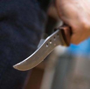 Нож в руках у мужчины. Архивное фото