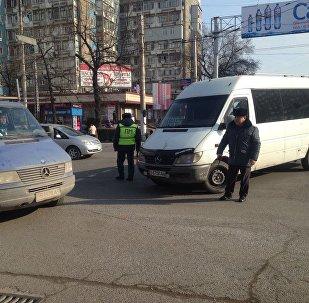 Перекрытие автомобилем перекрестка улиц Абдрахманова и Боконбаева