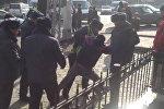 Бишкектик борборунда жулкулдашкан кайгуул милициясы менен айдоочу. Топтошкон эл