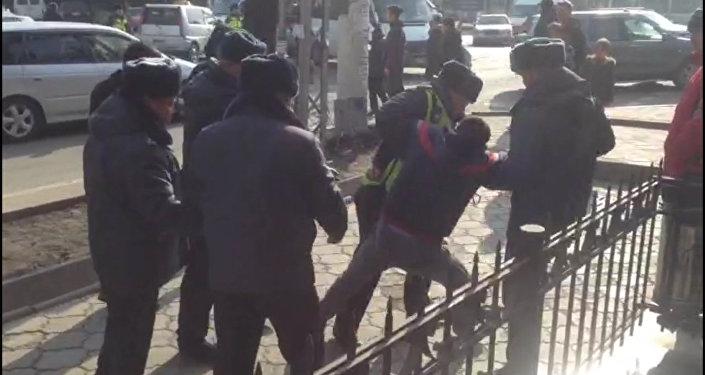 Водитель цеплялся за ограду, сопротивляясь милиционерам в центре Бишкека