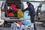 Сотрудники МЧС выгружают гуманитарный груз отправленный казахстанцами для пострадавших в результате крушения самолета в Дача СУ