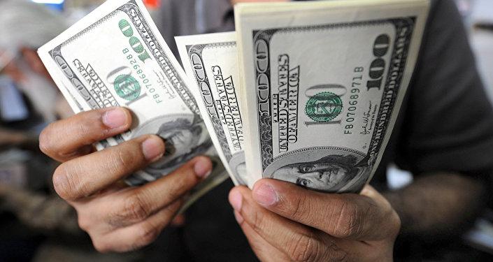 Архивное фото мужчины, который считает доллары США