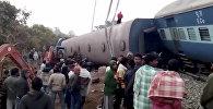 Спасатели на месте схода семи вагонов скорого поезда и локомотива с рельса в штате Андхра-Прадеш в Индии