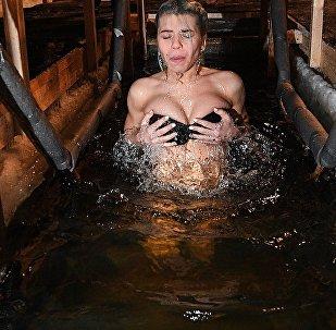 Девушка во время крещенского купания. Архивное фото