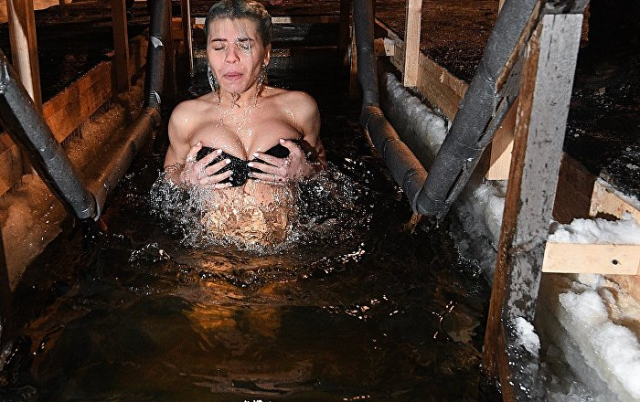 Москвадагы Сокольники сейил багында диний майрам учурунда сууга түшүп жаткан кыз