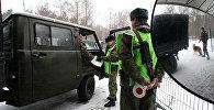 Пограничный наряд проверяет документы у пассажиров автомобиля. Архивное фото