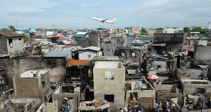 Cамолет летит над домами близ аэропорта. Архивное фото