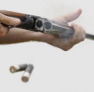 Мужчина держит ружье. Архивное фото