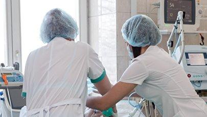 Врачи осматривают пациента. Архивное фото