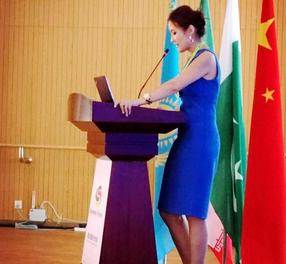 Директор инвестиционно-консалтинговой компании Женни Жениш кызы во время выступления на Карамай Форуме (Китай). Август 2016