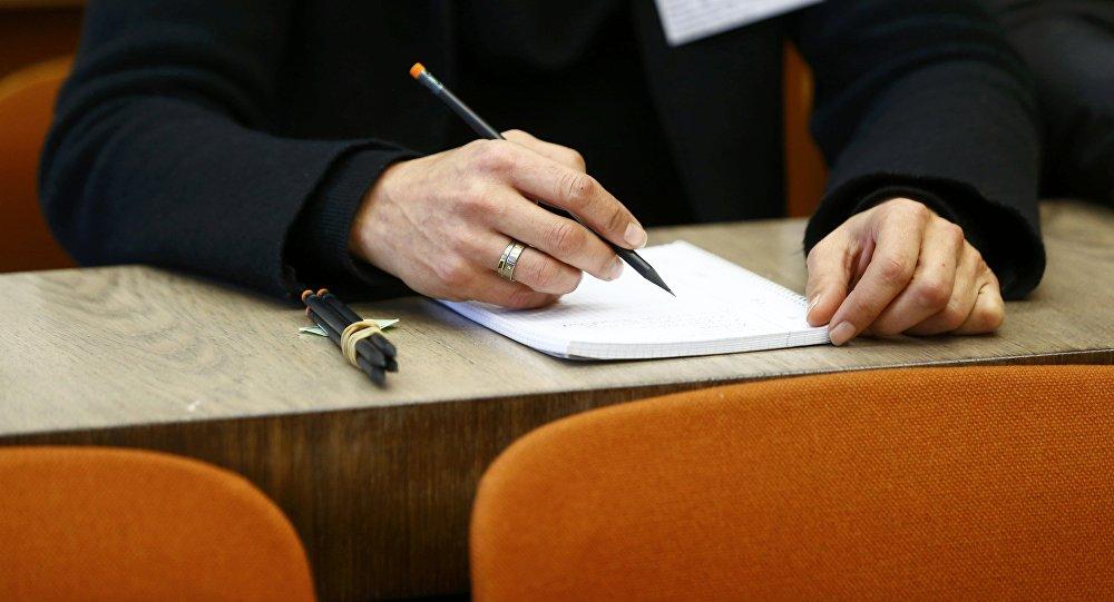 Студент во время сдачи экзамена. Архивное фото