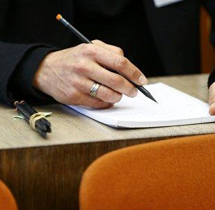 Студент во время экзамена. Архивное фото