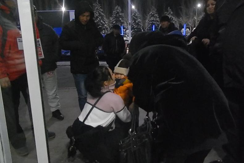 Кыргызстанка, освобожденная из сексуального рабства в Дубае, в аэропорту Манас