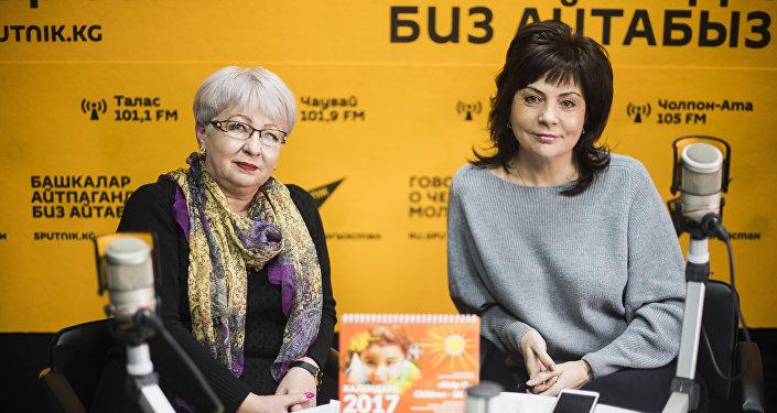Волонтеры фонда Help the children — SKD Елена Конева (справа) и Елена Перевозникова во время интервью Sputnik Кыргызстан