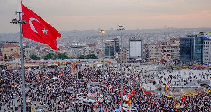 Флаг Турции на площади в Стамбуле. Архивное фото