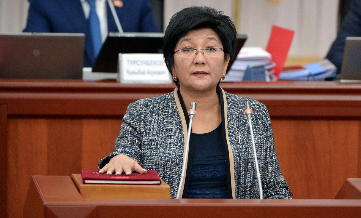 Министр труда и социального развития Кыргызской Республики Таалайкул Исакунова во время принесения присяги перед народом, депутатами и президентом в Жогорку Кенеше.