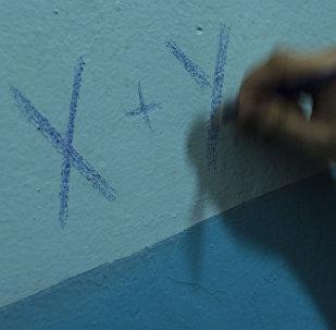 Архивнео фото парня который пишет карандашом на стене