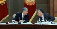 Мурдагы президент Алмазбек Атамбаев менен анын жардамчысы болгон Фарид Ниязов. Архивдик сүрөт