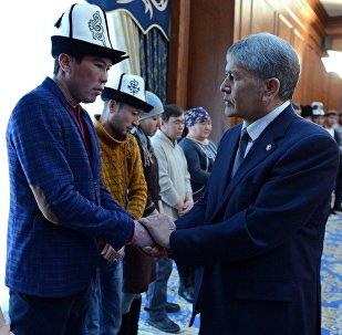 Встреча президента Алмазбека Атамбаева с родственниками погибших в результате авиакрушения грузового самолета Boeing-747