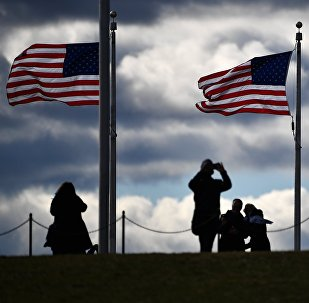 Флаги США возле монумента Вашингтона. Архивное фото