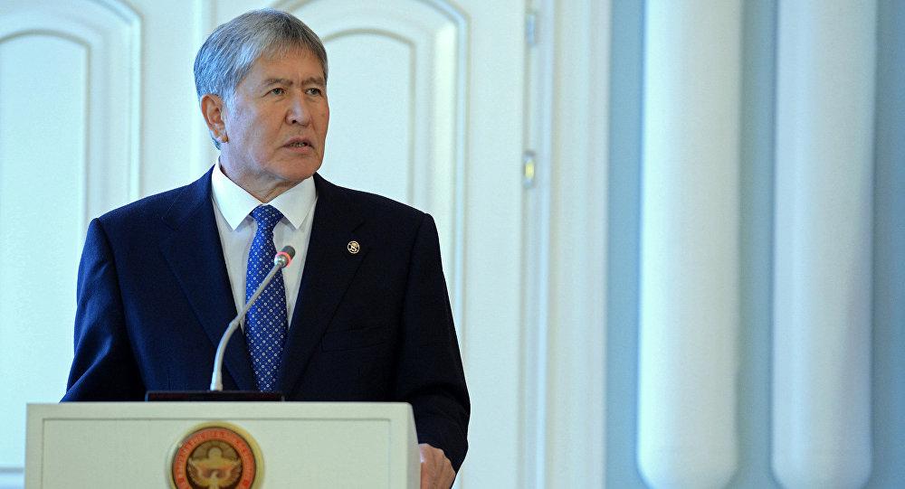 Алмазбек Атамбаев КР Конституциясынын расмий текстин жарыялоодо