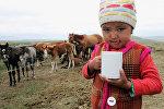Ребенок пьет молоко. Архивное фото