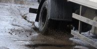 Грузовой автомобиль едет по разбитому дорожному покрытию. Архивное фото