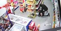Неизвестный избивает женщину в продовольственном магазине в районе ГЭС-2