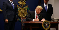 АКШнын президенти Дональд Трамптын документке кол коюусу. Архивдик сүрөт