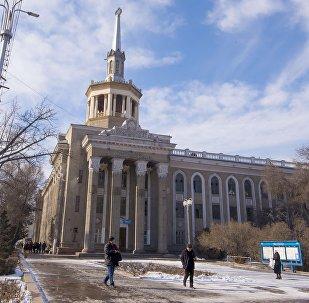 Люди у здания Международного Университета Кыргызстана в Бишкеке