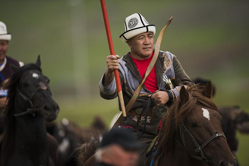 Президент федерации салбуруун Алмаз Акун во время национальных игр салбуруун в рамках Всемирных игр кочевников на джайлоо Кырчын