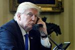 Телефон аркылуу сүйлөшүп жаткан АКШнын президенти Дональд Трамптын архивдик сүрөтү
