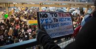 Протестующие в международном аэропорту Нью-Йорка против указа Дональда Трампа о беженцах