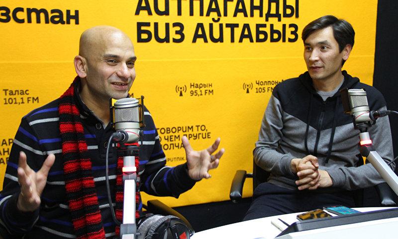 Режиссер, продюсер, кино-маркетолог из Болливуда Амит Ар Агарвал и Кыргсзстанский режиссер Суйун Откеев во время интервью Sputnik Кыргызстан