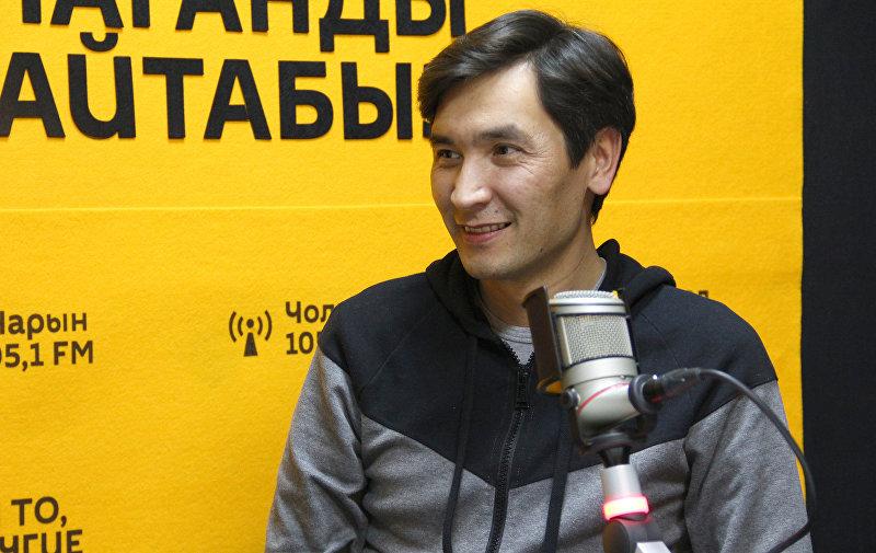 Кинорежиссер, основатель студии Медиастар Продакшн Суйун Откеев во время интервью Sputnik Кыргызстан