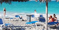 Отдыхающие на одном из пляжей Кубы