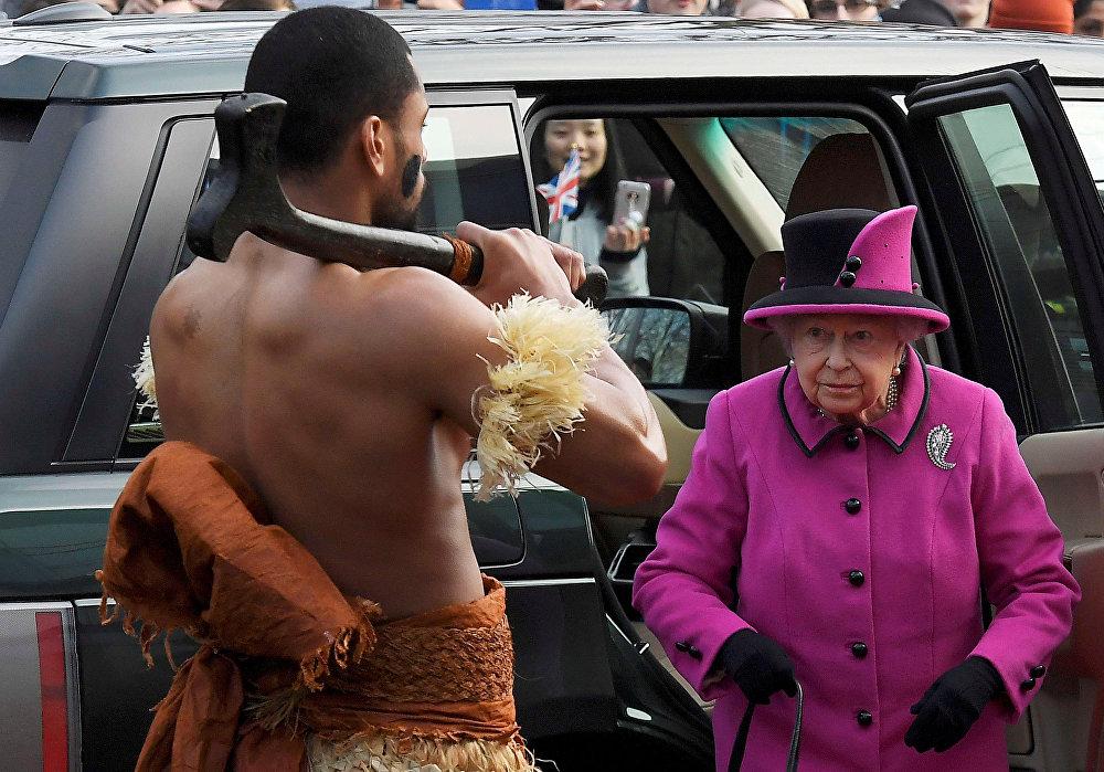Улуу Британиянын канышасы Елизавета II Чыгыш Англиядагы Сейнсбери көркөм сүрөт борборундагы көргөзмөгө келди. Көргөзмө Фуджи аралдарында жашаган элдин маданиятына арналган